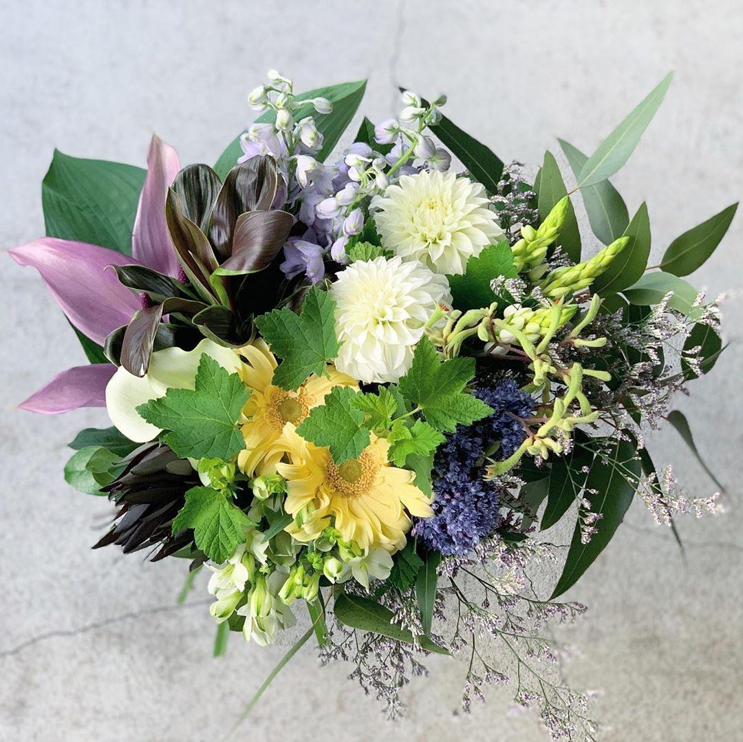 今日も色とりどりのお花たちと一緒にお待ちしています(2020.06.06)