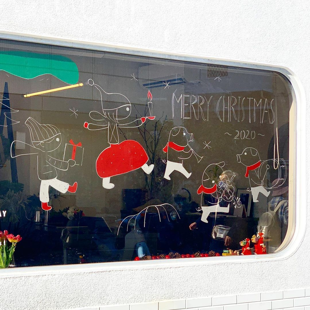 CHICを象徴する大きな窓が、先月からクリスマスバージョンになっています(2020.12.02)